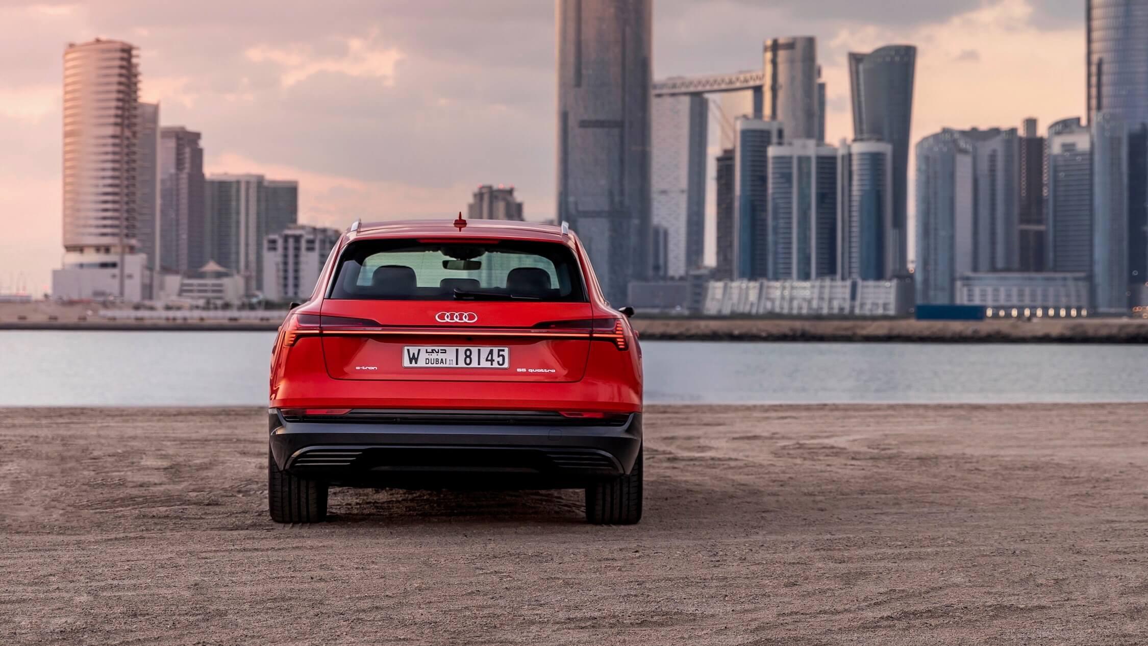 Audi e-tron achter