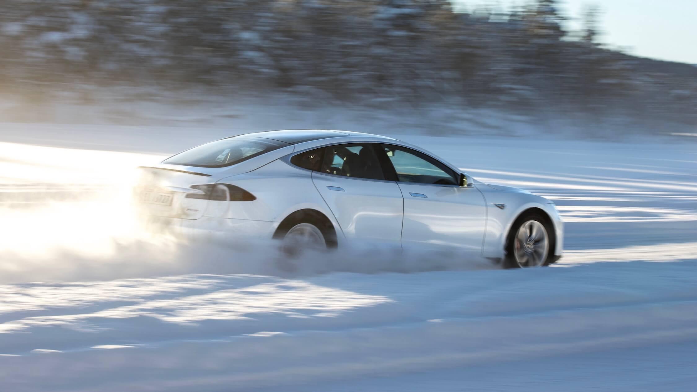 Tesla Model S sneeuw