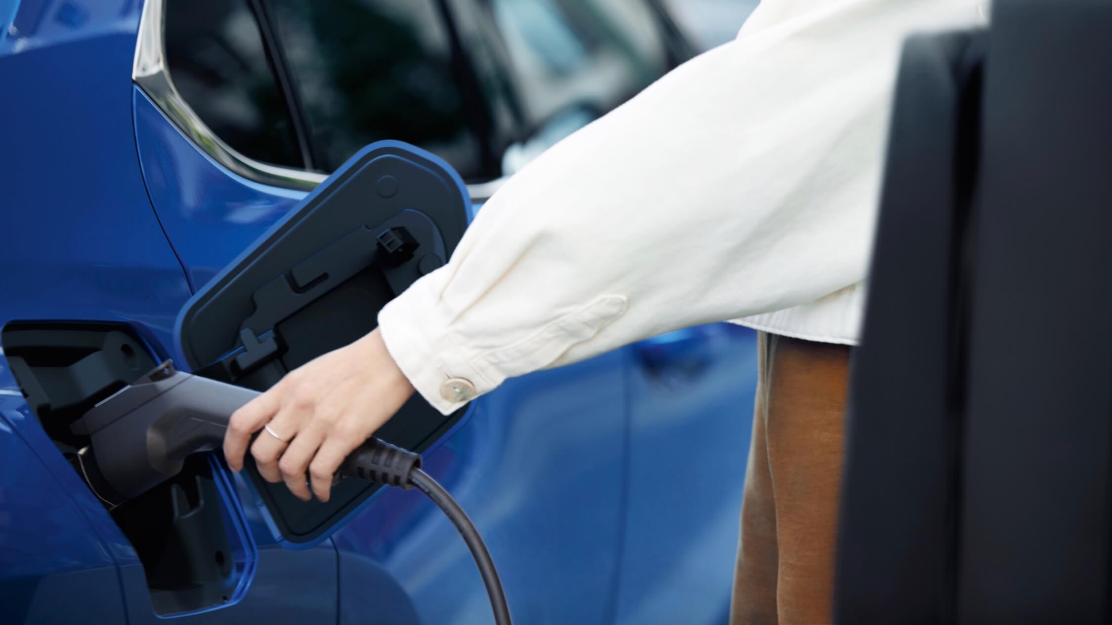 auto laadstekker in hand