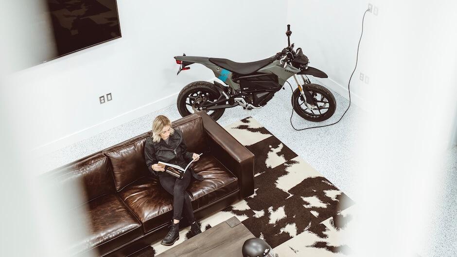elektrische motorfiets thuis opladen