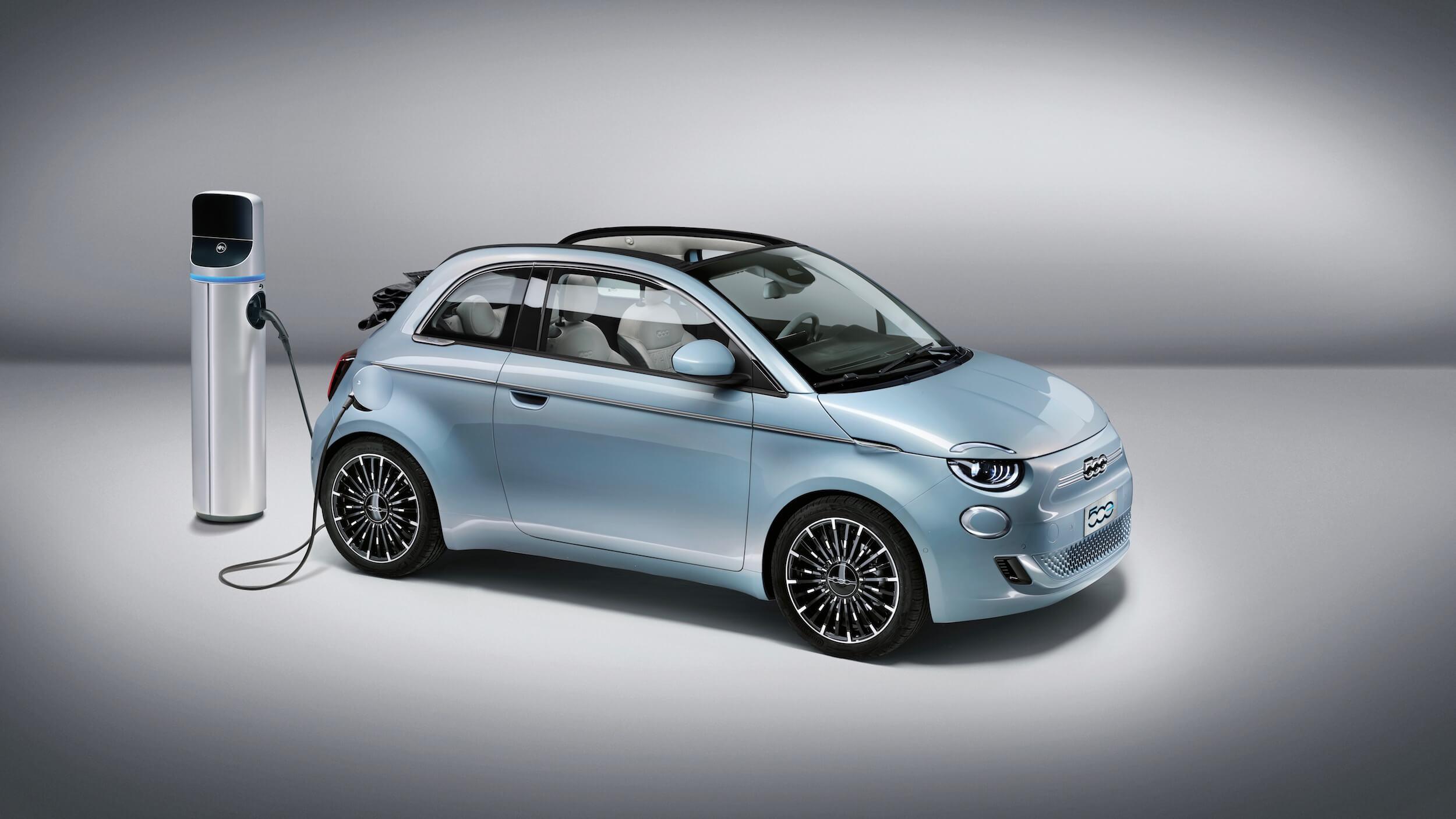 Elektrische Fiat 500e aan laadpunt