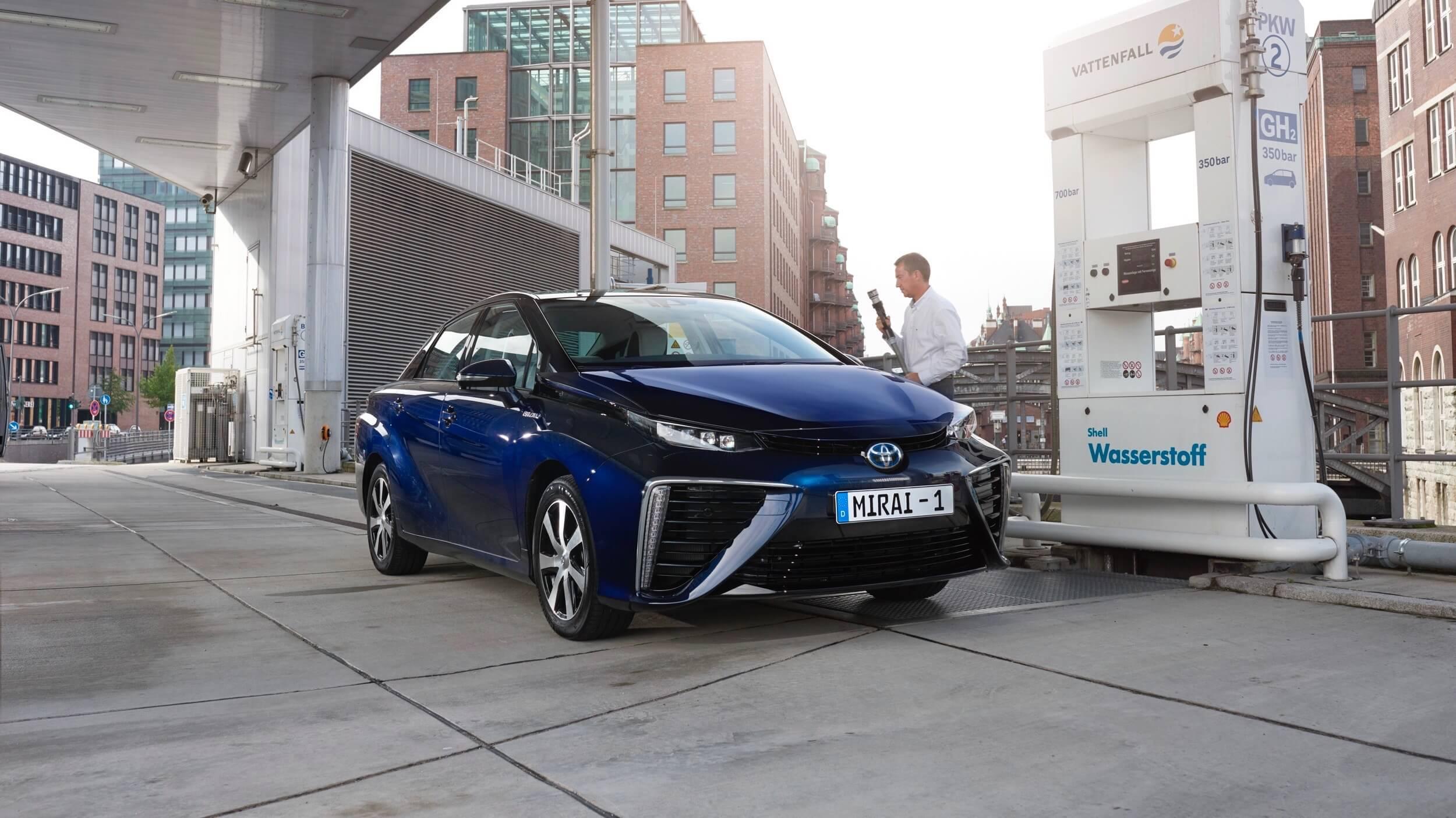 Toyota Mirai aan waterstof station